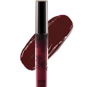 Smukkeste lipgloss fra Kylie Cosmetics i farven Jolly - brugt 2 gange og er som ny.   Købt for 15 USD, og har derudover betalt fragt og told.    Kan også sendes med PostNord for 10 kr - dette er dog på eget ansvar.