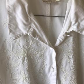 Vintage Part Teo skjorte i blød bomuld og med broderier og bindebånd på ryggen
