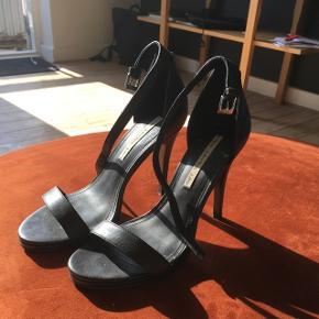 Fin høj sko i, gået med få gange. Ny pris 1100kr kom med bud :)