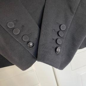 Så fin blazer med mange skønne detaljer Silkepiping inde i jakken Gul silke med mønster i ærmerne Sort velour langs kraven Lille indvendig lomme