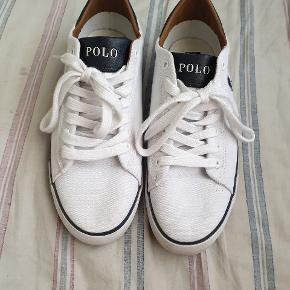 Flotte hvide Ralph Lauren Polo sko str 42 (uk8). Har kun været brugt få gange, da de, desværre, er lidt for små.