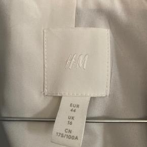 Størrelsen er 44, men den er lille i str. så den fitter M-L.  Helt ny H&M blazer, prismærket er faldet af.  Ingen tegn på slid.   Tjek resten af min shop🧡