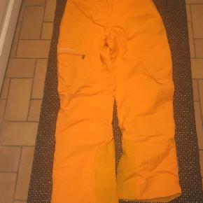 Varetype: Skibukser Størrelse: XL  Farve: Orange Oprindelig købspris: 2500 kr. Prisen angivet er inklusiv forsendelse.  Skibukser til mænd. De har kun været brugt i 2 sæsoners hver én uge. De fejler intet. Ingen rifter eller huller. 🎿⛷