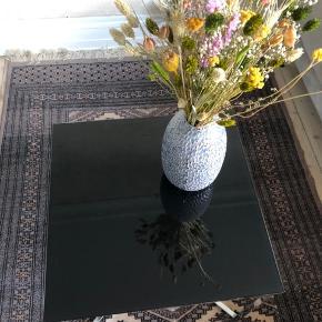 Fint sofabord med stålstel og sort glas bordplade. Få ridser ellers en god stand.