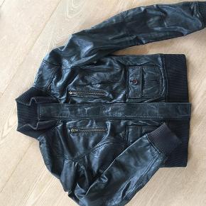 Varetype: Skind jakke - læder jakke Farve: Sort