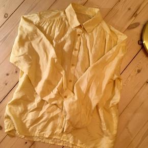 Fin påskegul vintageskjorte i silke. Har fine detaljer ved skuldrene 🐣