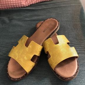 Mentor slippers i gul/shimmer. Brugt en håndfuld gange. Ikke formet efter foden endnu. Virkelig lækker sandal!