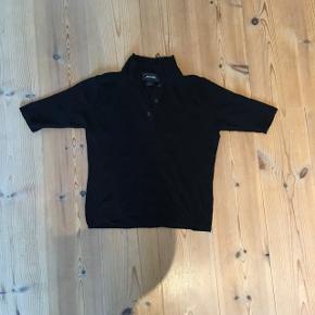 Sød, kort, stram, sort t-shirt fra monki  Ny pris 110kr  Sælger da jeg ik kan passe længere  Betaler selv fragt