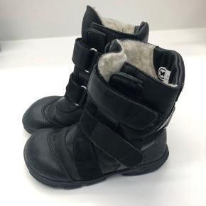 Velcro på den ene støvler er gået løs - se billede. Kan evt limes/syes, men støvlen kan sagtens bruges alligevel. BYD gerne