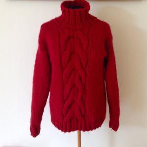 Lækker sweater med snoninger og rullekrave. Håndstrikket i et lækkert blødt økocertificeret garn bestående af 100 % uld. Sweateren her er vist i farven 08 rød, men der kan vælges andre farver. Se farvekort  Strikkes på bestilling i størrelse: S - M - L  Passer til en brystvidde på: 102 - 112 - 120 cm  Modtager MobilePay