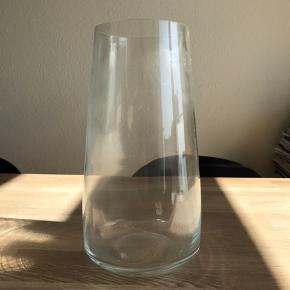 Gulvvase i glas  H:32 cm  Aldrig brugt