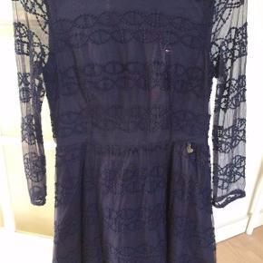 Varetype: Smuk kjole Farve: blå Oprindelig købspris: 850 kr.  Smuk kjole fra TH.  Hedder str  164, men svarer mere til en str 158.  Brugt 3 gange.