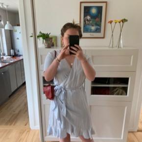 Sælger min fine Samsøe Samsøe kjole. Den er købt i Amsterdam til 1.053kr (140 euro). Den er brugt en gang til galla. Kjolen er str S. Seriøse bud modtages.  FRI FRAGT IDAG (11.11)
