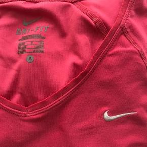 Nike t - shirt i god kvalitet. Den er brugt meget få gange, og fejler intet! :-)