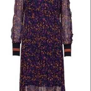 Den smukkeste kjole er desværre for lille... Håber en ny kan blive ligeså glad for den som jeg😢