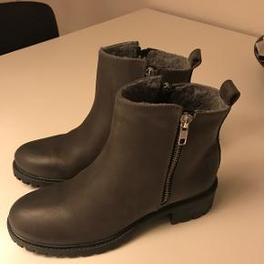 Grå Sofie Schnoor støvler med lynlås og blødt for indvendigt. Købt for store, så de er aldrig brugt - har kostet 1.000 kr. fra ny