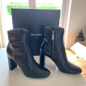 Sælger mine super fede støvler fra yves Saint Laurent. De sælges da mine fødder desværre er vokset efter graviditet.  Det er en smal model med en fed tekstur. Hælen måler 10 cm.   De er brugt højst 5 gange i få timer ad gangen, de er derfor heller ikke trådt til.  Der er dog et par få ridser foran (se billede) men de er dog ikke særlige tydelige, inde i butikken siger de at det er normalt at de kommer efter få gange.   Kasse og skoposer medfølger  Nypris 5.925 kr   Tager kun imod seriøse henvendelser.