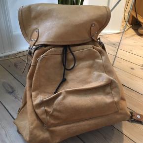 Fed rygsæk i læder med flot patina.  Fint plads til en computer og et par bøger fx.