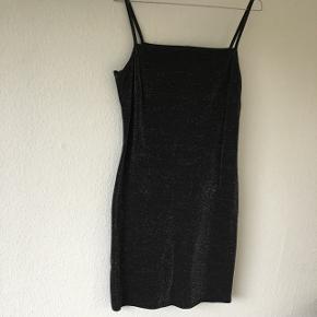 Sød sort kjole med sølv glimmer  Mærket er Cité Copenhagen   Sender i dag🙋🏼♀️