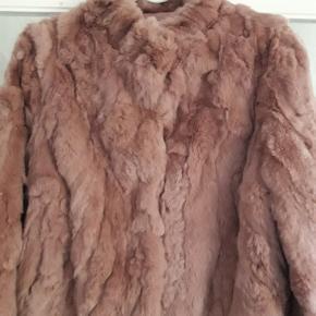 Så fin jakke i rexkanin. 100 % rexkanin/foer 100 % polyester. Modellen hedder Jody. Brugt enkelt dag til fest. Fra ikke rygerhjem.