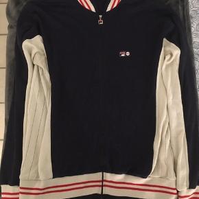 Fila, Bjorn Borg, 80's Casual Classic Vintage Track Top - Størrelse US XL  Navy Cream Rød, hvor hovedfarven er blå.   100 % Cotten.