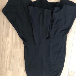Sælger min Other Stories sorte satin nederdel som er brugt en gang. Sælger fordi jeg ikke bruger dem men fejler intet! Retunrer ikke og køber betaler fragt!