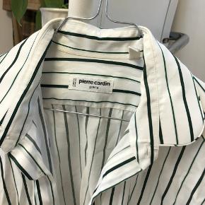 Vintage herre Pierre cardin skjorte med grønne pinstripes🦚fitter oversized på en small   Køber betaler porto