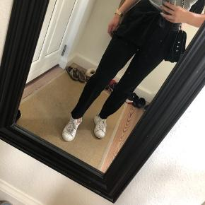 Sælger disse fede højtaljede bukser fra only. De sælges da jeg desværre aldrig fik dem brugt. Fremstår som ny hvor np lå på 300kr ✨