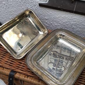 Antik serveringsskjuler, brugt til pynt  samt til (bl.a. Til slik til Halloween med skræmmeeffekts). Sølvbelægning slidt af.  Størrelse ca. 33 X 26 cm.
