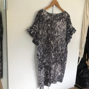 Super sød kjole med frynseærmer (har inderkjole)☀️