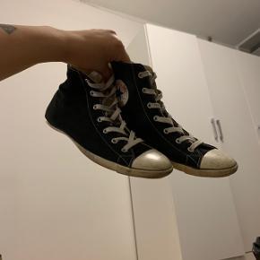 Sorte Converse sko str 40, synes de passer str 39 bedre, da de er stramme. køberen betaler fragt.