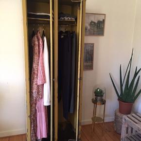 Smukt istandsat garderobeskab i stål. Med en kombi af farverne gul og stål.   Alt rust er pudset ned. Kan bruges som garderobeskab eller anden opbevaring.