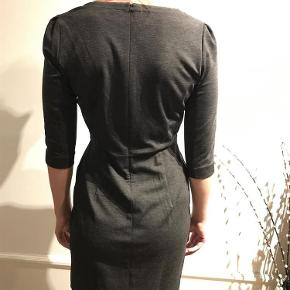 Varetype: Kjole Farve: Mørkegrå  Lækker etuikjole fra InWear med klassisk snit og puf ærmer. Jeg bruger normalt str. 38  Kvalitet: 82% polyester, 13% viskose, 5% elastan