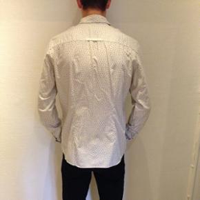 Prikket skjorte fra Suit.   Størrelse: large