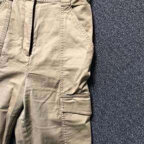 De fineste cargo bukser, med høj talje.  Tætsiddende, så man får nogle flotte ben, og en fin mås😁  Brugt 2 gange.