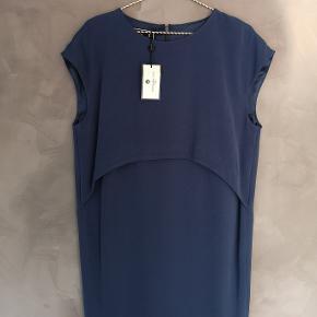 Flot enkel mørkeblå kjole fra By Malene Birger. Desværre købt for stor så jeg har aldrig brugt den - tags er på. Nypris 2000 kr.   Str 38   Bryst ca 53x2 cm Hofte ca 52x2 cm Længde ca 93 cm