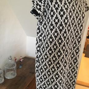 Kjole i dejligt kraftigt stof i bomuld / Polyester og 2 % elastane Mønster i sort/hvid