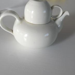 Meget fin håndlavet tekande med tilhørende kop. Perfekt til en stor kop te    Saml til bunke, jeg giver mængderabat :-)  Tekande kop Farve: Hvid Oprindelig købspris: 900 kr.