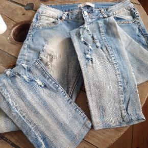 Fede jeans med slid, aldrig brugt. Indvendig benlængde 68 cm Livvidde 81 cm Skridtlængde 20,5 cm