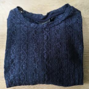 Lækker smuk bluse i blonder. Str M Plussize som svarer til str 46/48. Mørkeblå.  Sender gerne