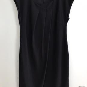 Super sød sort kjole med flot detalje ned foran. Er hel foret.   Fra ikke rygerhjem.
