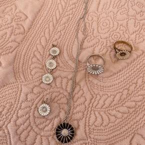 Forskellige marguerit smykker fra Georg Jensen.  Flere af dem er aldrig brugt.   Der er: - 1 halskæde med lilla vedhæng. - 2 individuelle vedhæng med 1 eller 3 margueritter. - 1 guld ring fra Kranz og Ziegler (skal bare pudses)  - 1 sølv ring  - 1 armbånd med marguerit i stofsnor.   Kom med et bud på det samlet eller enkelte af smykkerne.