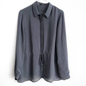 Mango skjorte i mørkegrå    størrelse: M   pris: 100 kr   fragt:37 kr