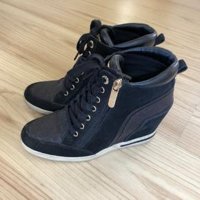 Fine støvler med kilehæl