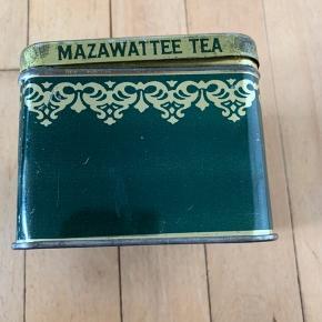 Gammel the dåse  Mærke: Mazawattee Tea  Godt samleobjekt  Højde: 8 cm Bredde: 10cm  Sender gerne, køber betaler for porto.  Vægt: 130g Porto: 36kr med Dao