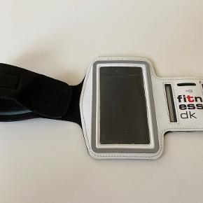 Dette løbearmbånd giver dig mulighed for at bruge din telefon konfortabelt på farten. Når du er ude og lave udendørsaktiviteter, så kan det være træls og upraktisk at have sin telefon i lommen. Dette armbånd hjælper dig med at have din enhed let tilgængelig og lige ved hånden, klar til at skifte sang, tage et opkald eller blot se hvor langt du har løbet. Modellen er med FitnessDK logo.  Såfremt der er spørgsmål til ovenstående, er du velkommen til at skrive en besked.