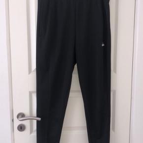 Sorte Adidas bukser med sorte striber.  Brugt få gange   Ny pris: 300  Pris 150