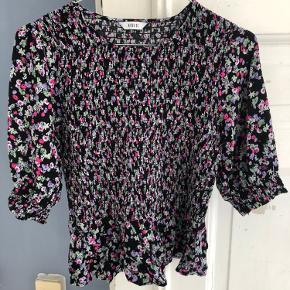Sælger denne Envii bluse med elastik stof omkring maven. Dette gør, at den sidder rigtig flot. Sælger den da jeg fik to i gave, og ikke fik byttet.