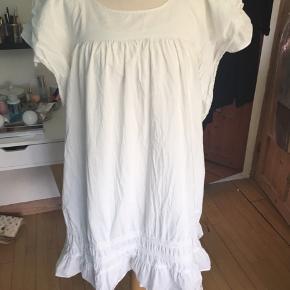 Super sød sommerkjole🌸 der er underkjole indeni med justerbarestropper! Så dejlig let en kjole, og med fine detaljer🌸 brugt 1 gang. se gerne mine andre annoncer også🌸