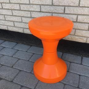 Stol taburet A la Ditzel , klassisk retrostol i hård plast , orange. Skønt lege møbel da Kan skilles på midten. Kan bruges af såvel voksne som større børn .